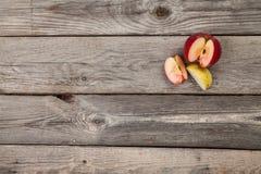 Äpfel auf hölzerner Tabelle Stockfotos