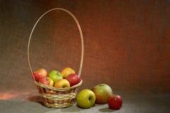Äpfel auf Sackleinen Stockfoto