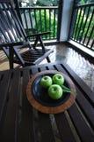 Äpfel auf Tabelle lizenzfreie stockfotos