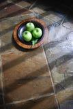 Äpfel auf Tabelle lizenzfreie stockbilder