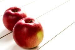 Äpfel auf weißem Holztisch Stockbild