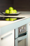 Äpfel auf weißer Tabelle der Küche Lizenzfreie Stockbilder