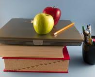 Äpfel, Bücher und Laptop Stockbild