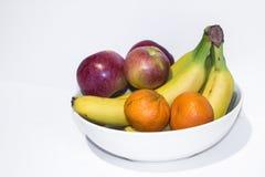 Äpfel, Bananen und Klementinen in einer weißen Schüssel stockfotos