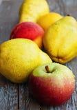 Äpfel, Birnen und Pfirsiche stockbild