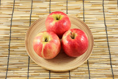Äpfel in den hölzernen Platten Lizenzfreies Stockfoto