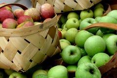 Äpfel in den Körben Stockbild