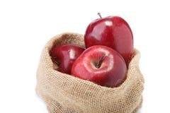 Äpfel in den Säcken lokalisiert auf Weiß Stockbilder