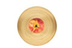 Äpfel in der hölzernen Platte auf einem weißen Hintergrund Lizenzfreie Stockbilder