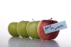 Äpfel in der Zeile zur Schule Stockfotos