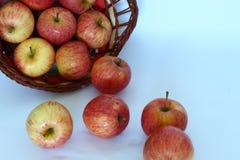 Äpfel, die aus dem Korb heraus fallen stockbild