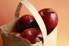 Äpfel in einem braunen Papierbeutel Lizenzfreie Stockfotografie