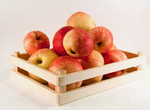 Äpfel in einem Kasten Stockfoto