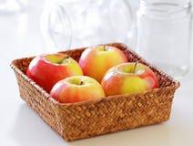 Äpfel in einem Korb Lizenzfreies Stockfoto