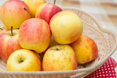 Äpfel in einem Korb Stockfotos
