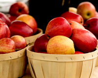 Äpfel in einem Korb Stockbilder