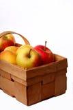 Äpfel in einem Korb auf einem weißen Hintergrund Lizenzfreies Stockfoto