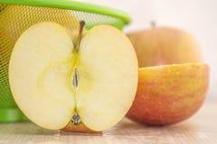 Äpfel in einem Korb auf einem Holzfuß Stockfotos