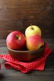 Äpfel in einer Schüssel auf dem Tisch Stockbilder
