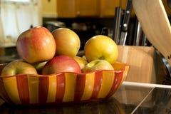 Äpfel in einer Schüssel auf Zähler lizenzfreie stockfotografie
