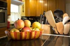 Äpfel in einer Schüssel auf Zähler stockfoto