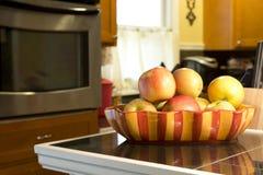 Äpfel in einer Schüssel auf Zähler lizenzfreies stockfoto