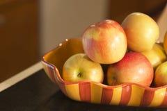 Äpfel in einer Schüssel auf Zähler lizenzfreie stockbilder