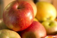 Äpfel in einer Schüssel auf Zähler stockbild