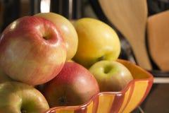 Äpfel in einer Schüssel auf Zähler stockfotografie
