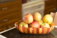 Äpfel in einer Schüssel auf Zähler lizenzfreie stockfotos
