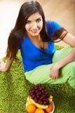 Äpfel in einer Schüssel Frau, die auf einem Fußboden sitzt Lizenzfreies Stockbild