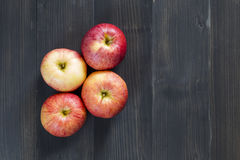 Äpfel für Gesundheit auf dem hölzernen Hintergrund Lizenzfreies Stockbild