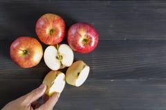 Äpfel für Gesundheit auf dem hölzernen Hintergrund Stockfoto