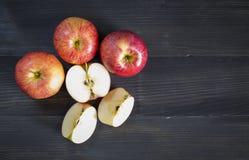 Äpfel für Gesundheit auf dem hölzernen Hintergrund Stockfotografie