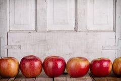 Äpfel in Folge Stockfotos