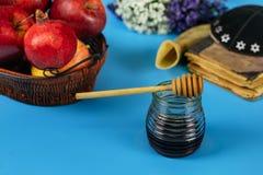 Äpfel, Granatapfel und Honig für torah Rosh Hashanah Buch, kippah ein yamolka lizenzfreies stockfoto