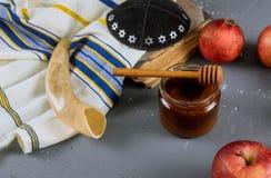 Äpfel, Granatapfel und Honig für torah Rosh Hashanah Buch, kippah ein yamolka talit stockfotos