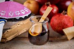 Äpfel, Granatapfel und Honig für torah Rosh Hashanah Buch, kippah ein yamolka talit lizenzfreie stockbilder