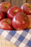 Äpfel im Korb Stockfotos