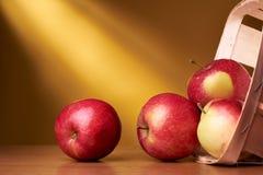 Äpfel im Korb Lizenzfreies Stockfoto