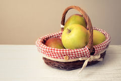 Äpfel im Korb auf dem Tisch horizontal Stockbild