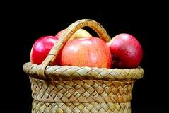 Äpfel im Korb auf einem Schwarzen Stockfoto