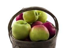 Äpfel im Korb auf weißem Hintergrund. Stockbilder