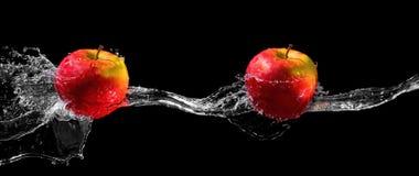 Äpfel im Wasserstrom Stockbild