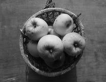 Äpfel im Weidenkorb Stockbilder