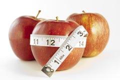 Äpfel mit Bandmaß stockbild