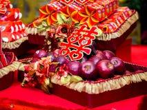 Äpfel mit doppeltes Glück-chinesischem Schriftzeichen u. x28; Xuangxi& x29; Lizenzfreies Stockfoto
