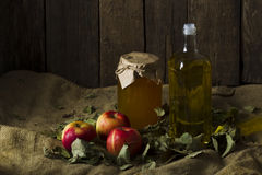 Äpfel mit einem Glas des Honigs und der Flasche Olivenöls Stockfoto