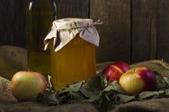 Äpfel mit einem Glas des Honigs und der Flasche Olivenöls Lizenzfreies Stockfoto