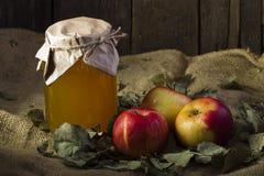 Äpfel mit einem Glas Honig Lizenzfreies Stockfoto